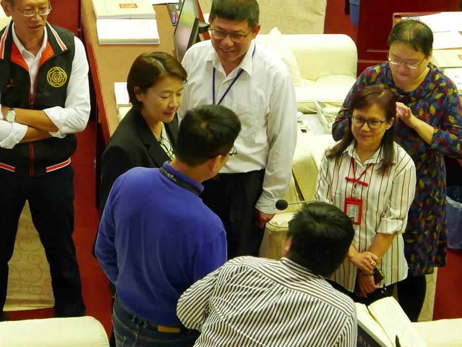 台北市副市長黃珊珊在6日一讀會中,帶著局處首長到座位區和議員直接溝通,未料除了市府部分議案遭異議擱置,連議員提出支持太陽花上訴案也因泛綠議員異議作梗而暫擱。(陳俊雄攝)