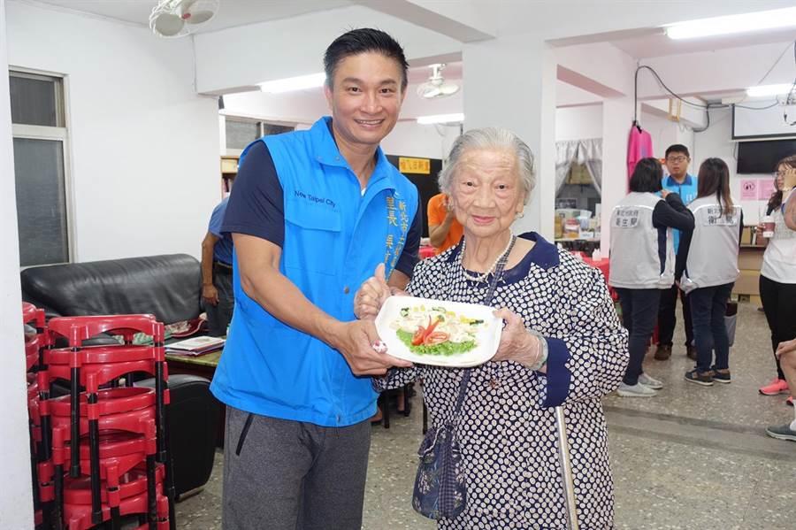 91歲的黃世美阿嬤(右)說,獨居生活孤單無伴,變得足不出戶,里長跟志工常邀她走出戶外。(許哲瑗攝)