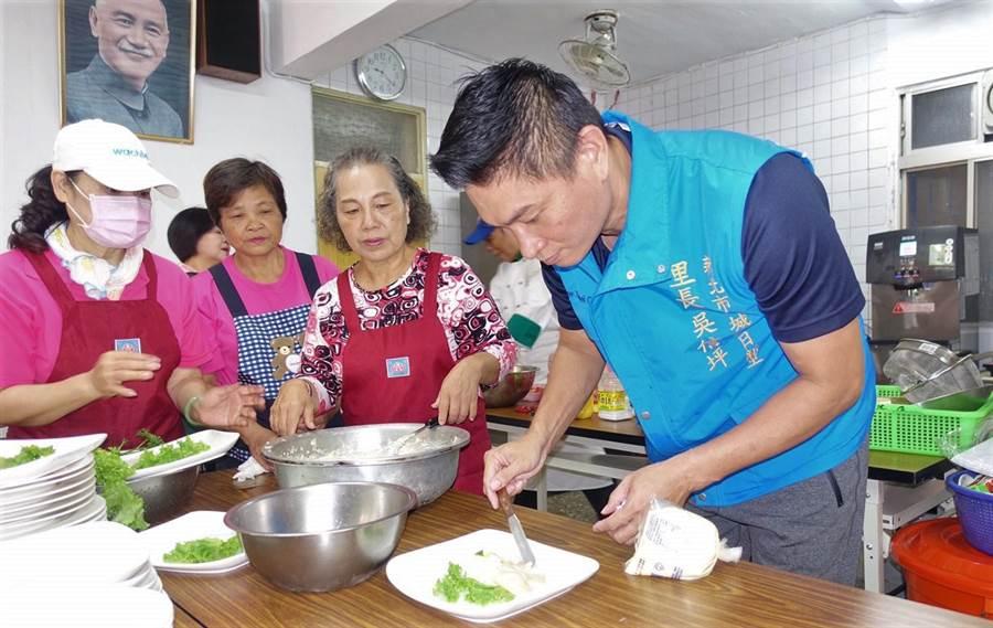 土城日新里銀髮俱樂部今上午揭牌,里長吳信坪特別邀請擁有西餐證照的專業廚師,教導20多位長者一同學做菜。(許哲瑗攝)