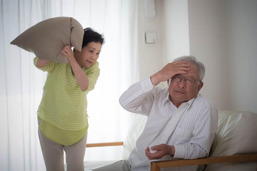失智患者常伴隨著個性改變,變得焦躁易怒、產生妄想幻覺並帶有攻擊性,造成照顧者嚴重困擾