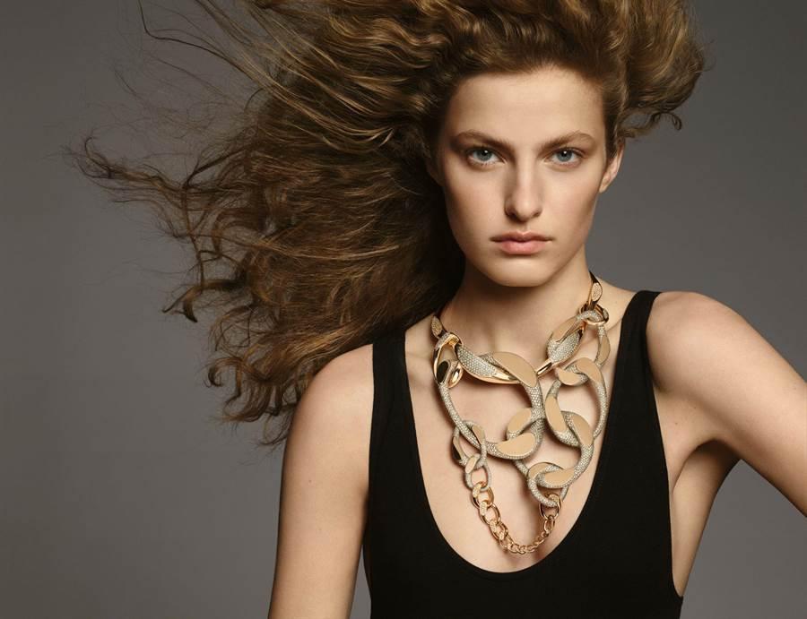 模特兒佩戴愛馬仕Fusion緞面鈦與玫瑰金鑲褐鑽項鍊,為獨一無二之作,2158萬2900元。(HERMES提供)
