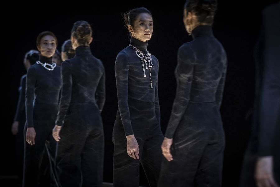 愛馬仕「流光鏈影」珠寶展登台,以現代舞蹈的方式為展覽揭開序幕。(HERMES提供)
