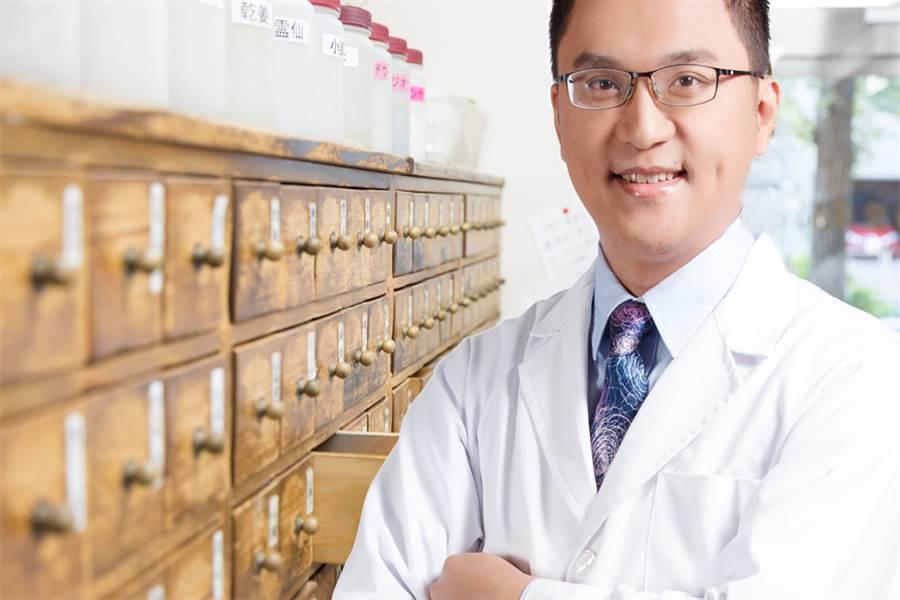 藥學專家王坤謄博士建議,失智患者若選擇疏肝解鬱之中成藥,要選GMP藥廠製造之中藥更有保障