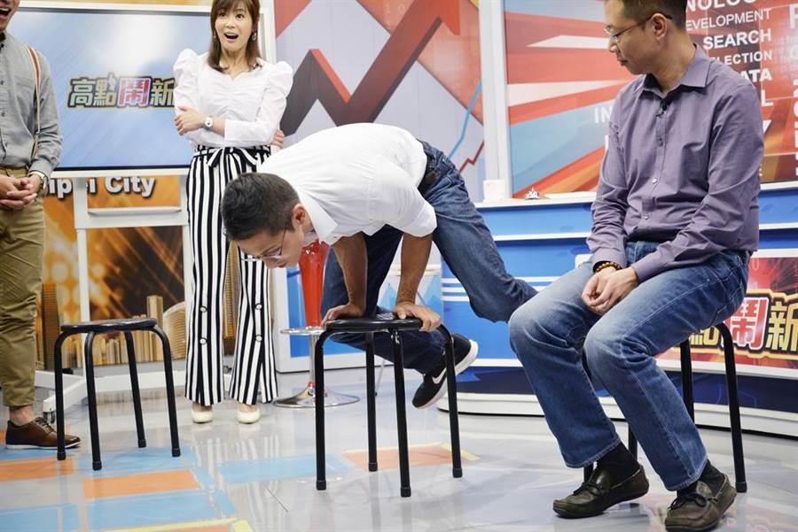 立委參選人吳怡農上節目比肌力,特戰男神秀兩腿功力。(圖/高點鬧新聞提供)