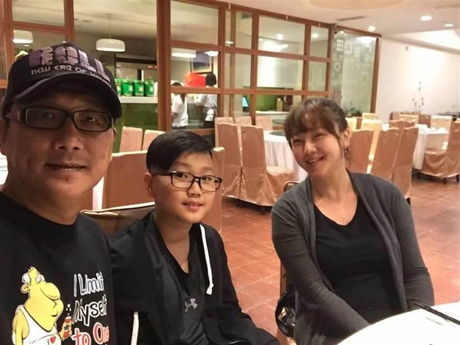 薛志正前兩年曾和前妻陳希愛及兒子聚會。薛志正提供