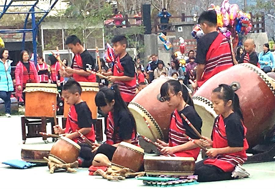 ▲奧萬大森林遊樂區的草地野餐音樂會,親愛國小原鼓隊的演出。(南投林管處提供/楊樹煌南投傳真)