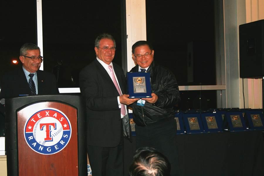 世界棒球總會會長Fraccari 頒贈彭誠浩先生「世界棒球貢獻獎」。(亞洲棒球總會提供)