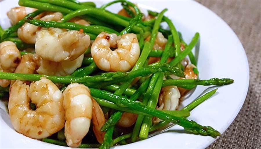 綠蘆筍炒蝦仁並放入少許的無調味腰果,即能同時攝取到B6、B12及葉酸,達保護心血管的效果。(圖片來源:pixabay)