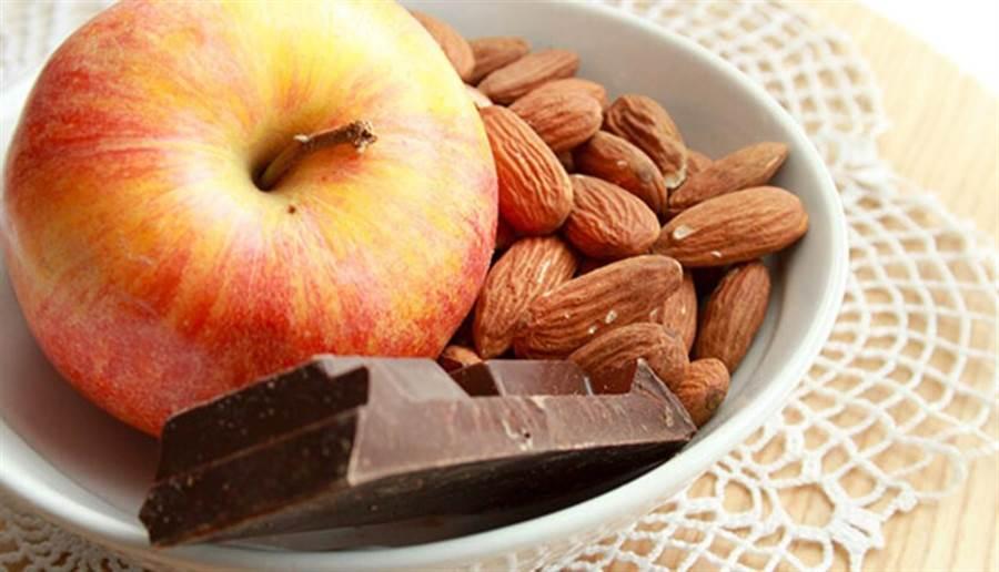 實驗證明將蘋果與巧克力搭配食用,可讓這兩種食物中對心血管有益的營養素發揮更好的相乘作用。(圖片來源:pixabay)