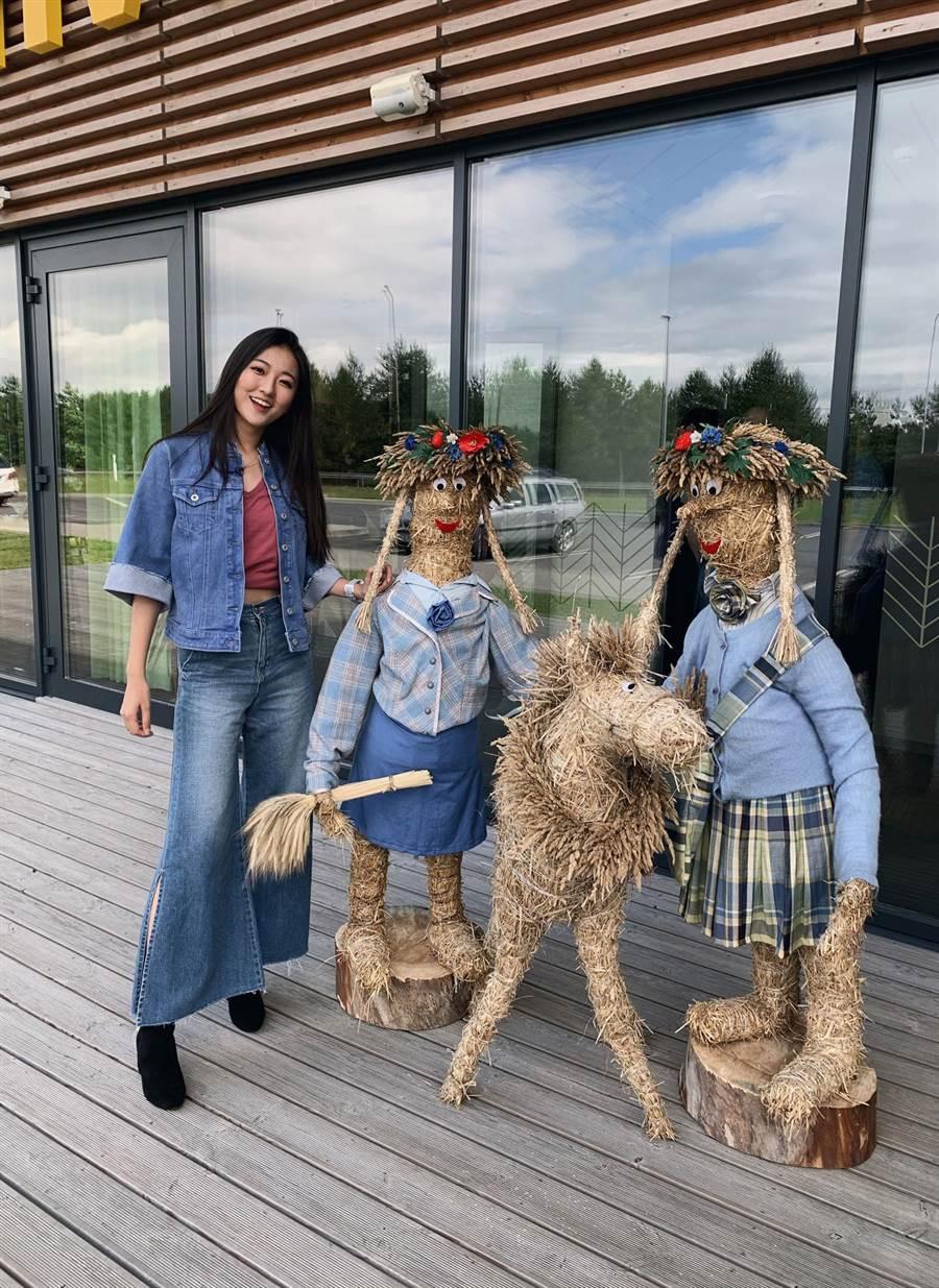 劉沛穎對於愛沙尼亞當地的藝術文化感到新奇。(圖/亞洲旅遊台提供)