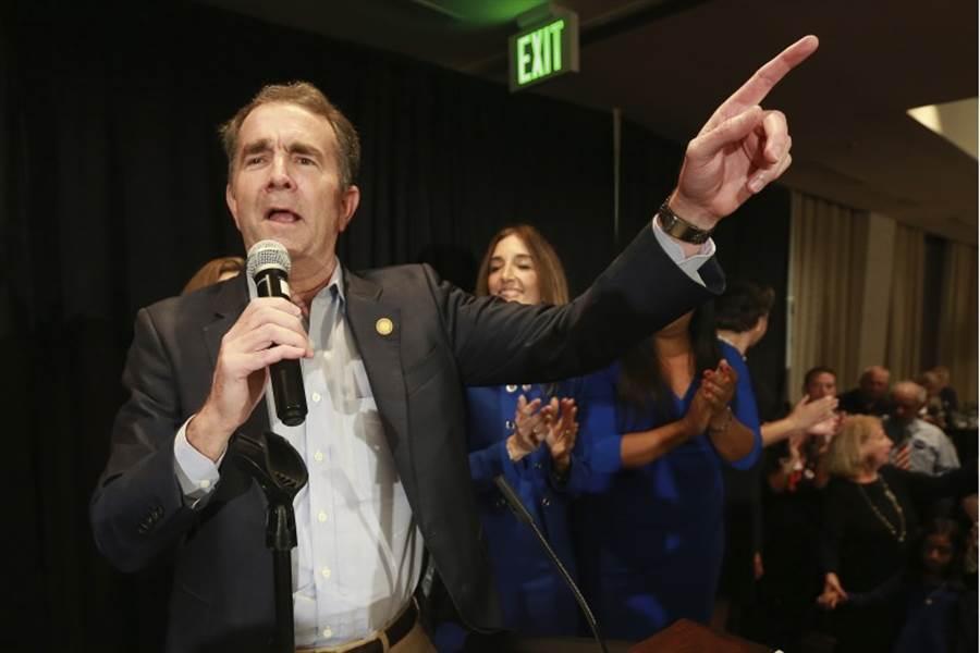 美國維吉尼亞州5日舉行州議會改選,民主黨一舉翻盤,成為參眾兩院多數黨。民主黨籍維州州長諾德罕5日出席勝利派對,表情顯得意氣風發。(美聯社)
