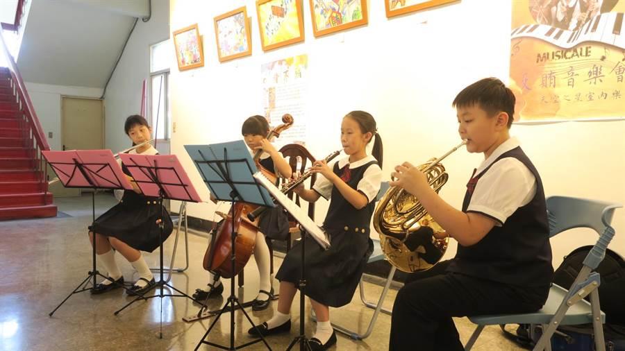 反賄音樂會活動,邀請員林國小5年級音樂班學生自組的「天空之星」四重奏樂團,現場演奏。(謝瓊雲攝)