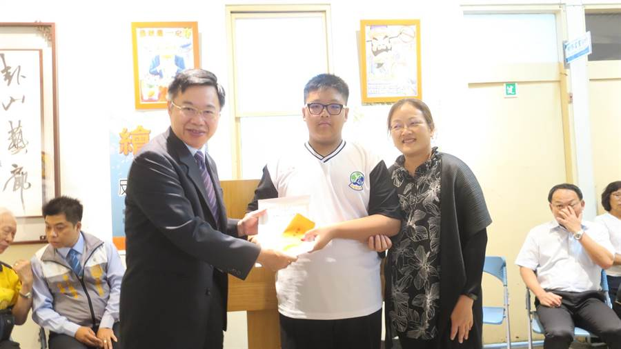 鹿鳴國中二年級學生林佳沂(中)拿下反賄選海報國中組第一名。(謝瓊雲攝)