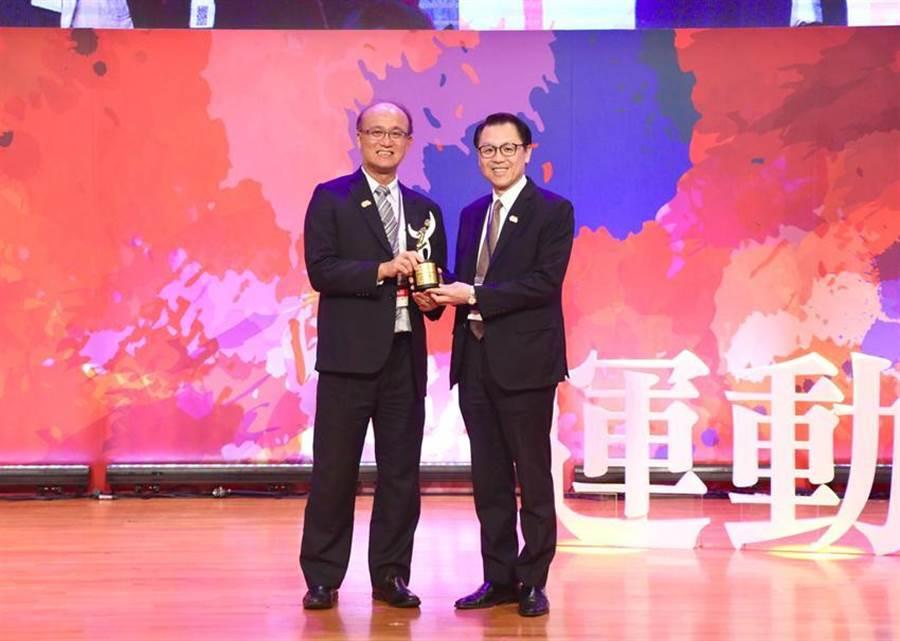 (華南銀行獲「運動企業認證」,由教育部次長林騰蛟(左)頒獎,華南銀行副總經理黃俊智(右)代表受獎。 圖/華南銀行提供)