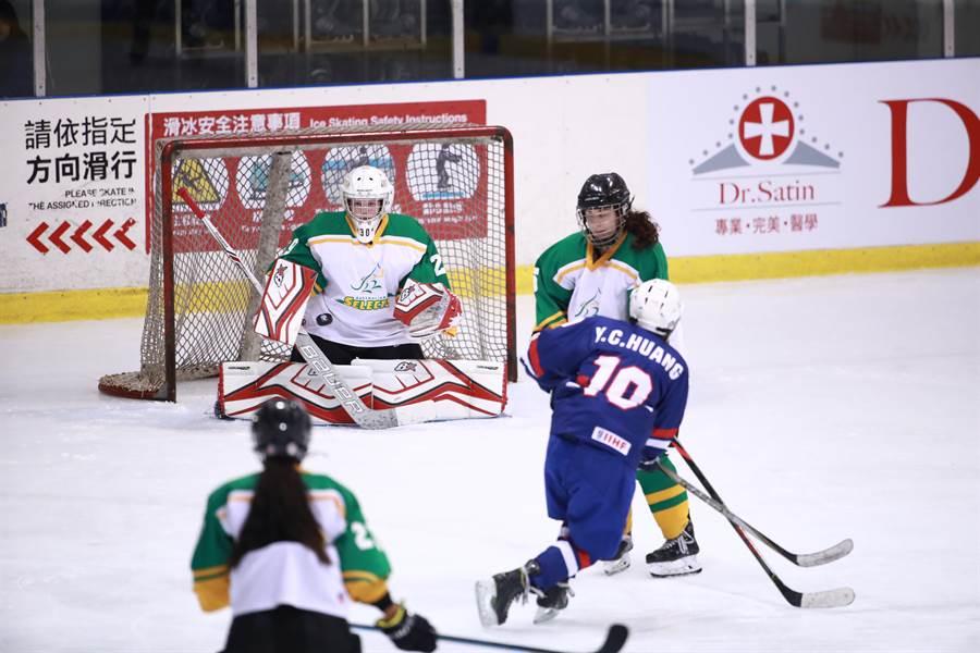 U18中華隊黃筠筑(10號)在2019年台灣盃女子冰球賽梅開二度。(冰球協會提供/陳筱琳傳真)