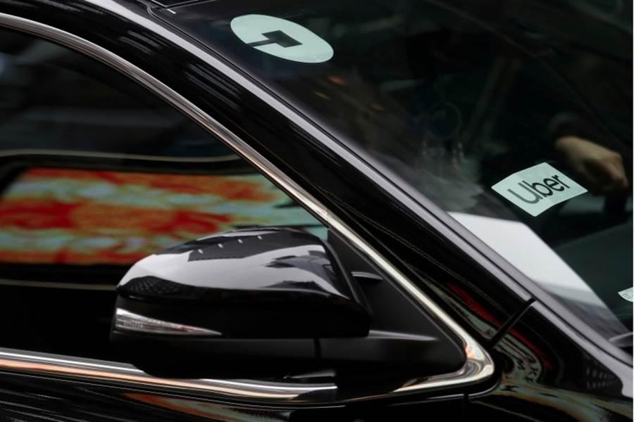 紐約的一輛汽車上有uber標誌。(路透)