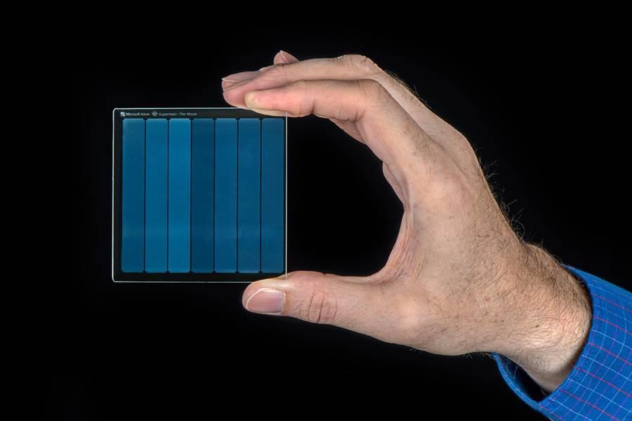 微軟發明的石英玻璃碟片,可儲存75.6GB。(圖/微軟)
