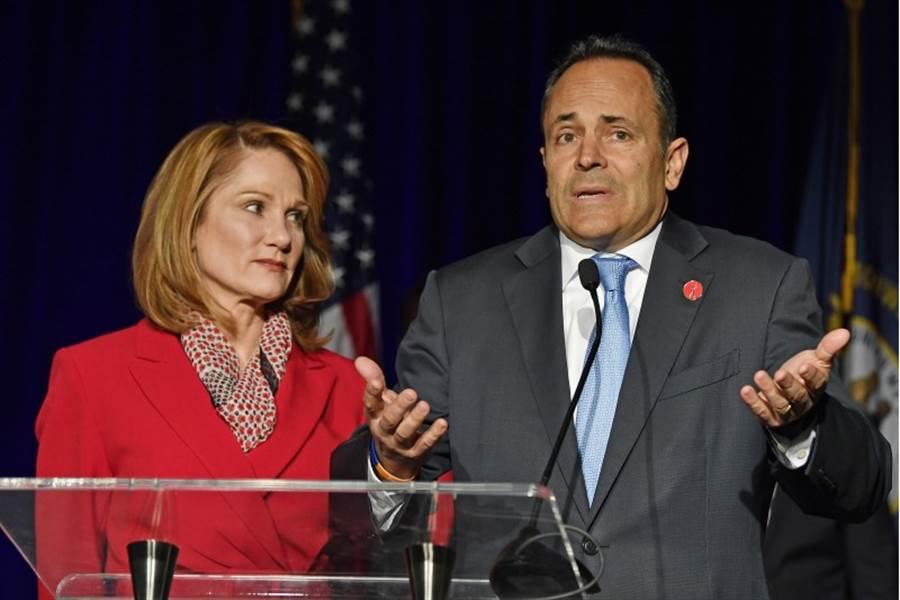共和黨籍肯塔基州長貝文(右)在5日的選舉連任失利。貝文與妻子葛連娜在路易斯維爾的共和黨集會向選民講話。(美聯社)