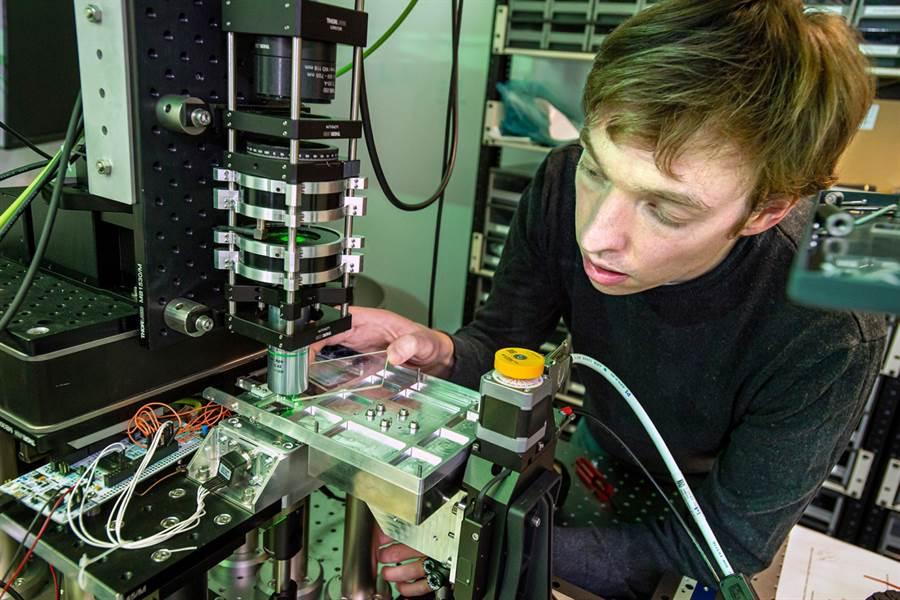 微軟工程師說明玻璃碟片的寫入與讀取原理。(圖/微軟)