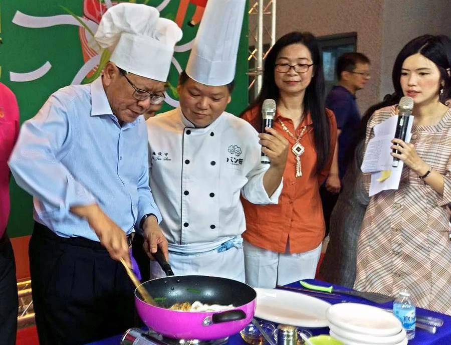 「2019屏東粄條文化節」將於11月9、16日登場,屏東縣長潘孟安(左)化身型男主廚,炒出香味四溢的客家粄條料理。(潘建志攝)