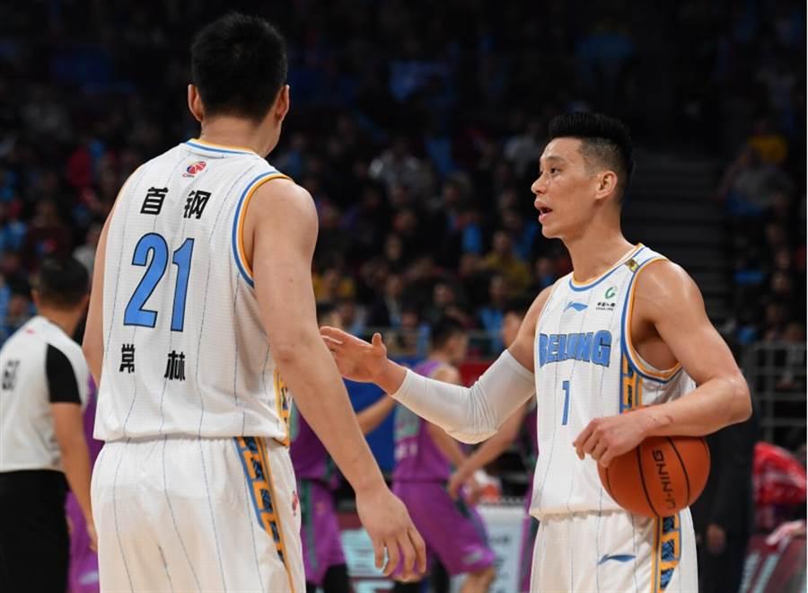 林書豪今年在CBA起步,北京首鋼當起老大哥的角色,場上與隊友互動。(新華社)