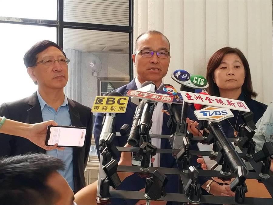 高巿府教育局長吳榕峯(左)透露國小老師發表批韓言論,被要求寫3000字心得。(曹明正攝)