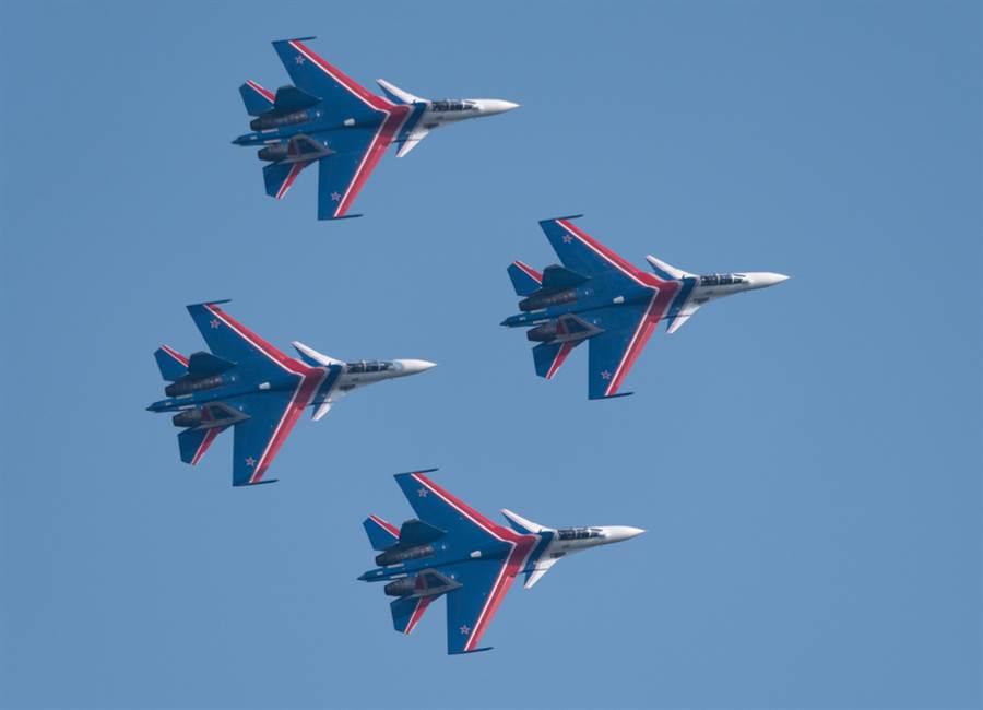 俄羅斯騎士飛行表演,使用的是Su-30,其外觀特點是具有一對前翼。(圖/shutterstock)