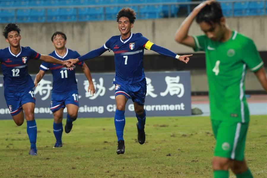 中華U19男足隊長林明偉(中)對澳門進球後狂奔慶祝,他在這場比賽上演大四喜。(中華足協提供/李弘斌傳真)