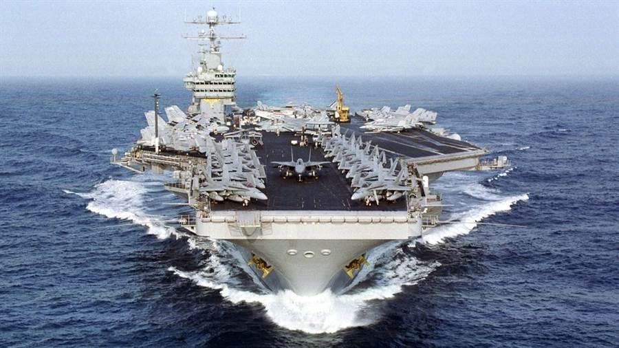 由於新武器的發展,航母愈來愈脆弱,而且建造廢時又昂貴,專家們都認為航母主導戰爭的時代很快就會結束。圖為美國航母艾森豪號。(圖/美國海軍)