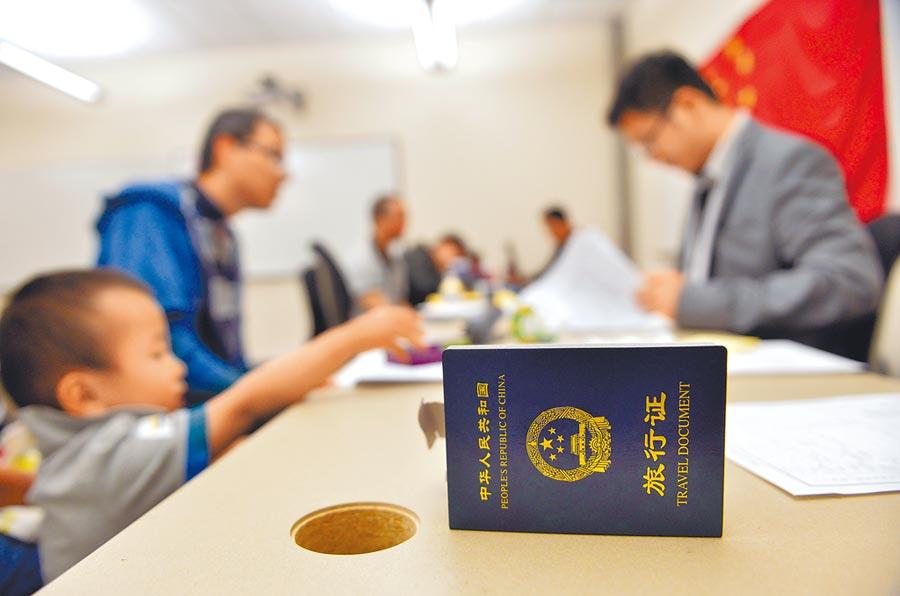 台胞到大陸使館尋求進入大陸免簽國,大陸會發給旅行通行證。圖為大陸美領事館的工作微鏡頭。(新華社)