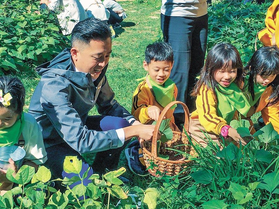 新竹市動物園「食物森林」啟用,市長林智堅與小朋友一起摘地瓜葉。(羅浚濱攝)
