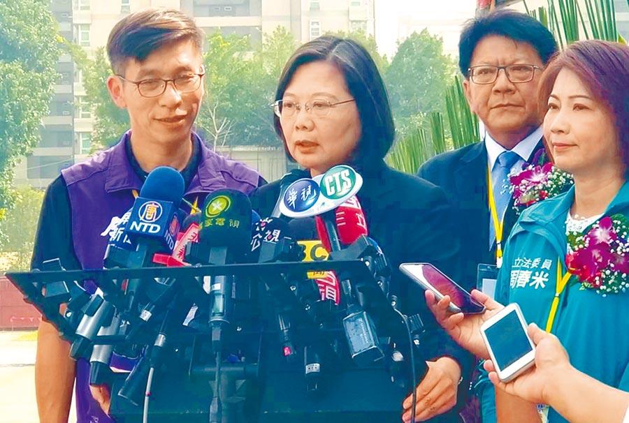 總統蔡英文(前中)5日表示,中國現在推動對台26項措施,就是為實現一國兩制方案,且在大選期間提出,自然讓人想到意圖影響選舉。(中央社)