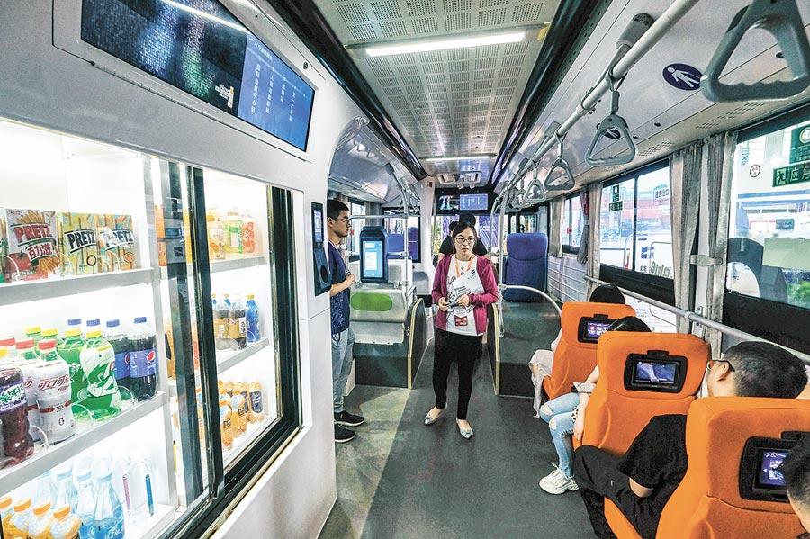 民眾試乘智慧網聯汽車。(新華社資料照片)