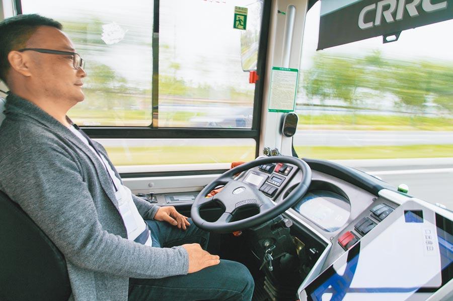 司機無須操控方向盤,智慧公車即可自動行駛。(新華社資料照片)