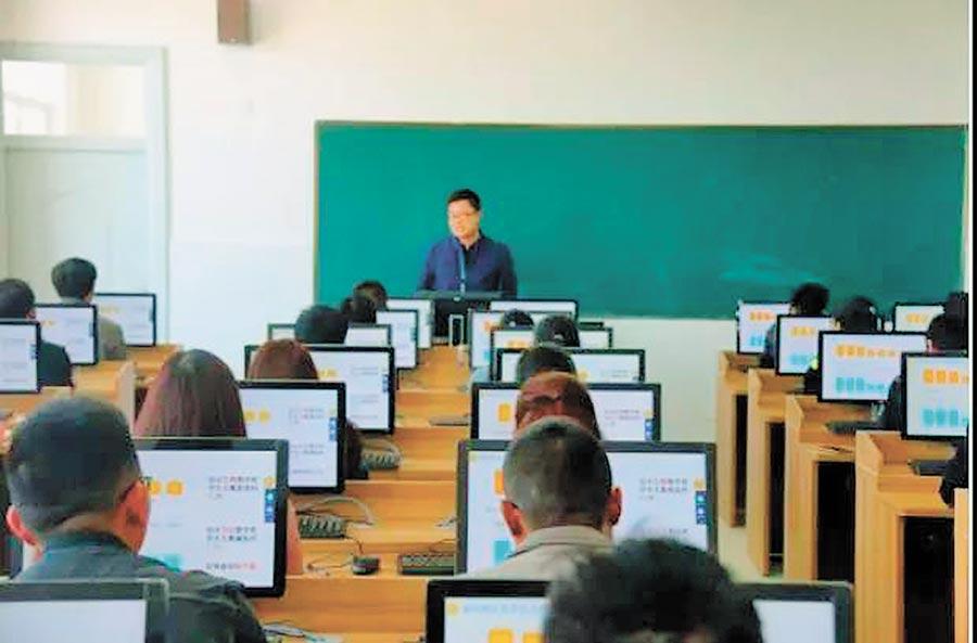 綠春高中學生在上信息技術課。(取自南風窗微信公眾號)