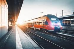 列車進站他跌落鐵軌 下一秒畫面驚人