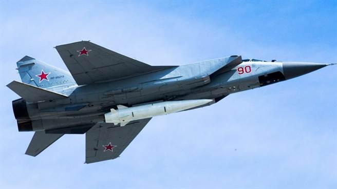 俄國的KH-47M2空射彈道飛彈,安裝在MiG-31機腹。(圖/俄羅斯國防部)