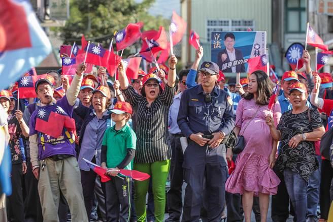 韓國瑜在峨眉鄉隆聖宮參拜,現場人聲鼎沸。(羅浚濱攝)