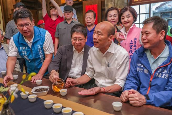 韓國瑜在峨眉鄉富興茶廠,詢問第四代負責人曾祥紘了解東方美人茶。(羅浚濱攝)