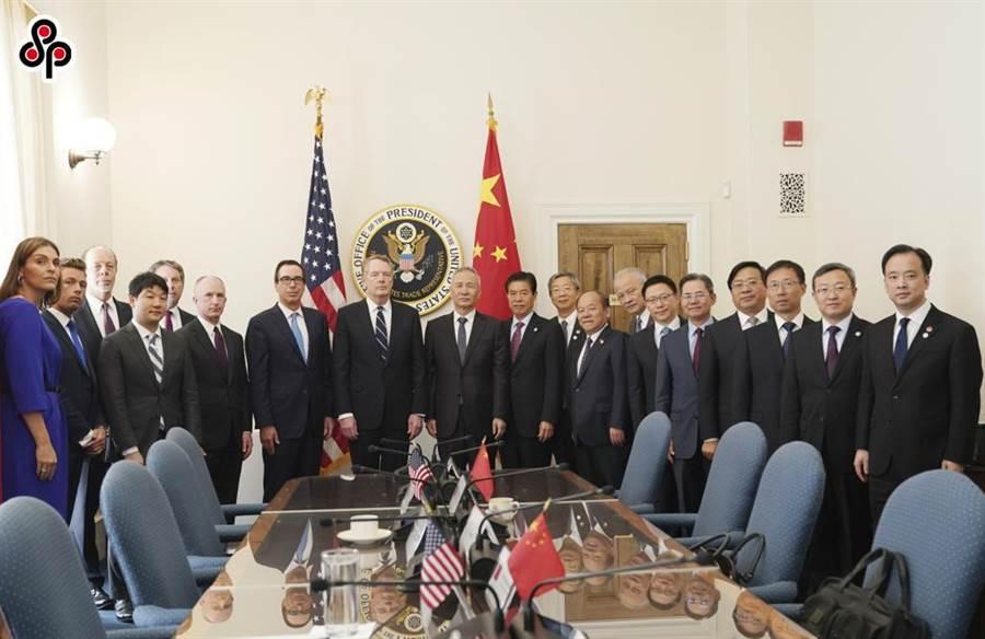 陸美全面經濟對話中方牽頭人劉鶴與美國貿易代表萊海澤、財政部長穆努欽今年10月10日展開新一輪陸美經貿高級別磋商前合影。(新華社)