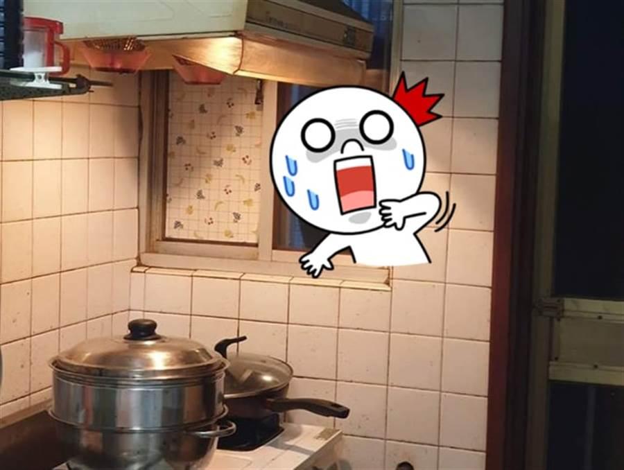 煮飯驚覺被貼窗緊盯 網拉近看嚇傻(圖翻攝自/爆怨公社)