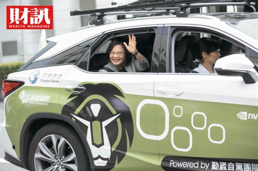 隨著5G應用浮上台面,科技、電信業者紛紛推出自駕車相關應用。(圖/取自總統府網站)