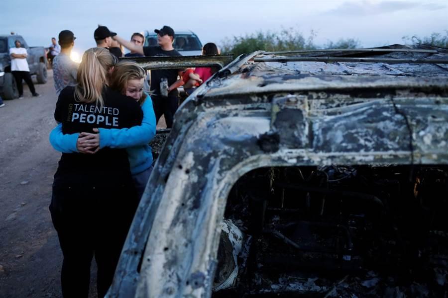 美國摩門教家庭在墨西哥遇襲,家屬重返現場受創痛哭。(圖/路透社)