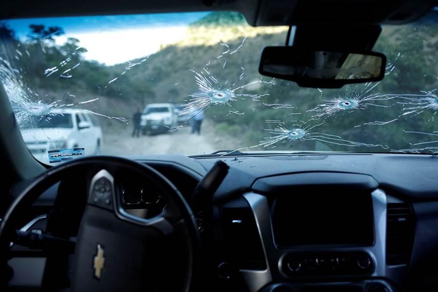 遇襲車輛滿布彈孔。(圖/路透社)