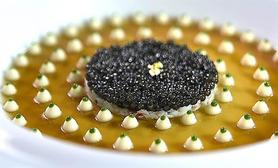 「世紀名廚」侯布雄設計了無數傳世的經典名菜,圖為〈經典蟹肉魚子醬〉,由佛羅倫斯.達莉亞詮釋,手路細膩、形色華麗、味道精準。(圖/姚舜)