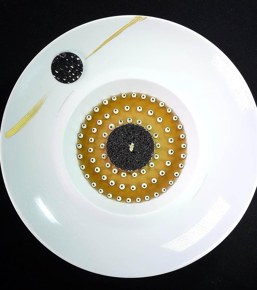 〈侯布雄法式餐廳〉招牌菜色〈經典蟹肉魚子醬〉,除口感風味富層次,且無論從任何視角看都很搶眼吸睛。(圖/姚舜)