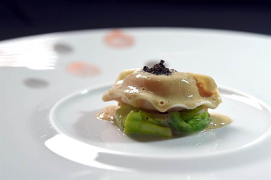 佛羅倫斯.達莉亞烹製的〈松露鴨肝螯蝦義大利餃〉,裡餡是鴨肝與整塊螯蝦肉,下襯甘藍菜,並用濃鮮的龍蝦高湯打成乳沫當醬汁提味。(圖/姚舜)