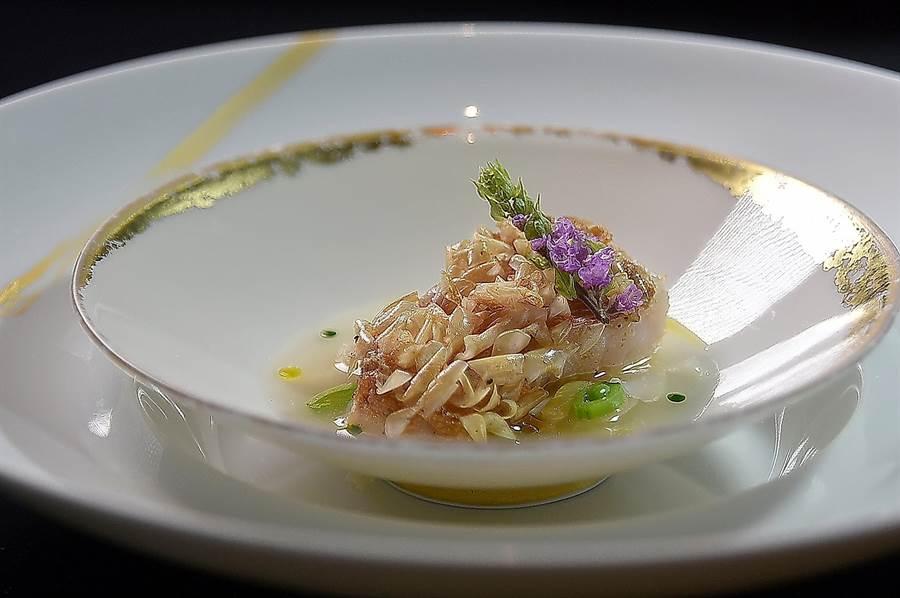〈日式鯛魚佐柚子清湯〉是以立鱗燒技法烹製的馬頭魚,搭配用新鮮蛤蜊熬製的清湯,湯內並用了柚子醋、蝦荑蔥油和橄欖油提味。(圖/姚舜)