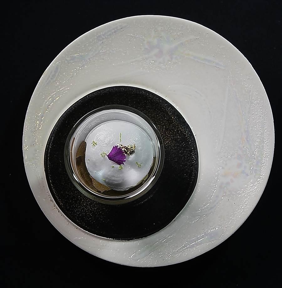 清口腔的〈椰子慕斯萊姆酒冰沙〉以精緻器皿呈現,別有「藝境」。(圖/姚舜)