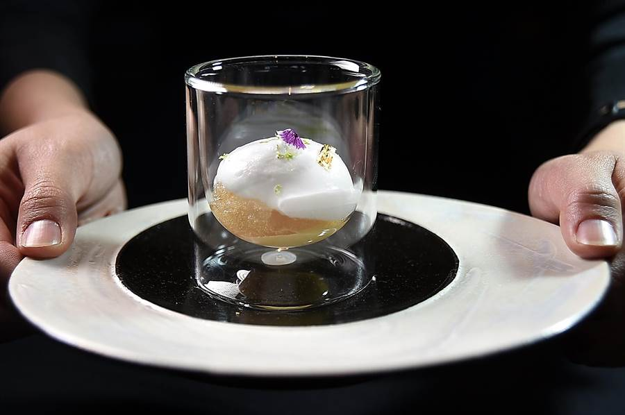 用透明杯盛裝的〈椰子慕斯萊姆酒冰沙〉,從側面可以清楚看見其豐富的「內涵」。(圖/姚舜)